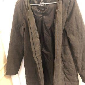 Cozy winter coat with hood and zip closure